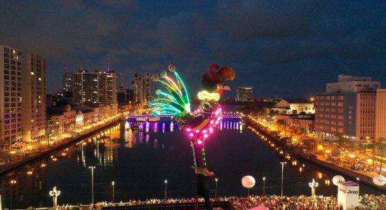 Galo Gigante ilumina a Ponte Duarte Coelho e anuncia o Carnaval no Recife