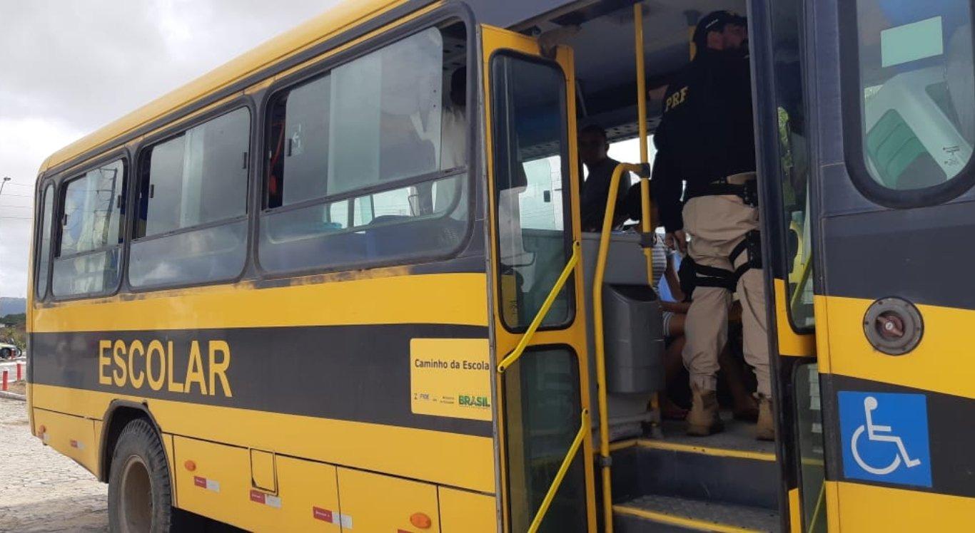 Ônibus escolares de Prefeitura são flagrados levando pessoas para praia