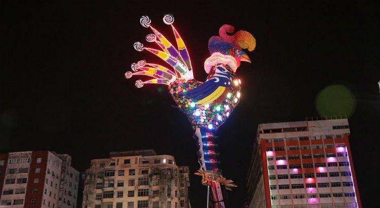 Galo Gigante iluminado à noite é uma novidade deste ano