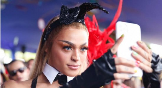 Pabllo Vittar se fantasia de coelhinha da Playboy para estreia no Galo
