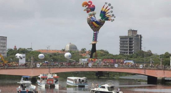 Galo da Madrugada é soberano na Ponte Duarte Coelho, no Recife