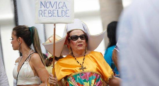 Foliões chegando ao desfile do Galo dá Madrugada