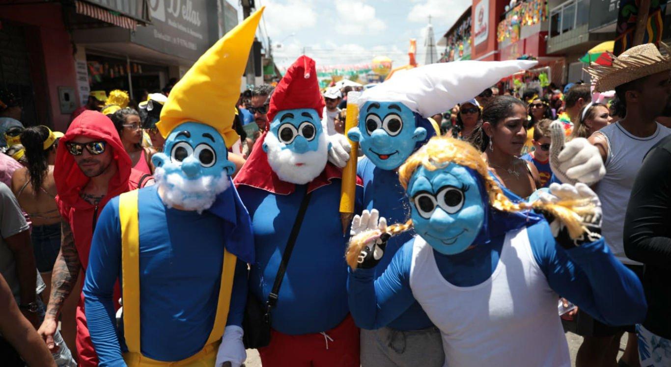 Estes Papangus se vestiram dos Smurfs para brincar o Carnaval