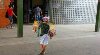 Durante o carnaval, muitas crianças e adolescentes são vistos nas ruas assumindo funções como a de vendedor ambulante, catador de latinhas e guardador de carros