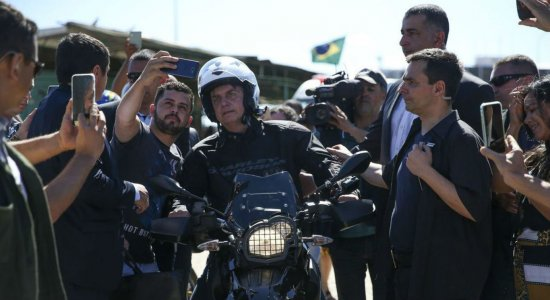 Bolsonaro passeia de moto no Guarujá