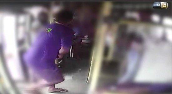 Homens assaltam micro-ônibus no Cabo; veja vídeo