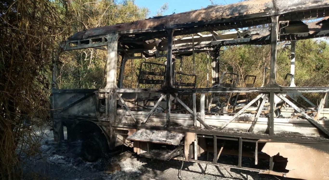 Ônibus ficou destruído