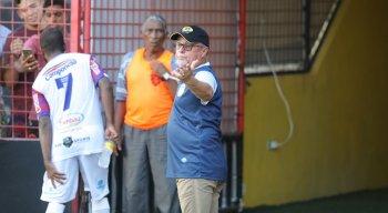 Pedro Manta reclama com a arbitragem na ida para o vestiário