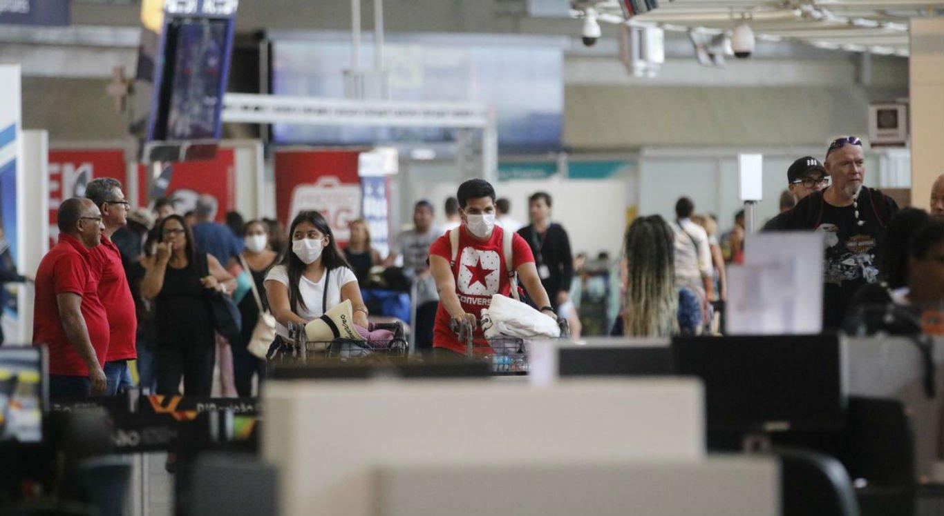 Passageiros usam máscaras no Aeroporto do Galeão, no Rio de Janeiro