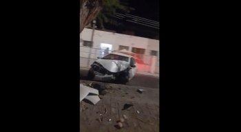 Carro bateu em uma árvore no bairro Divinópolis, em Caruaru
