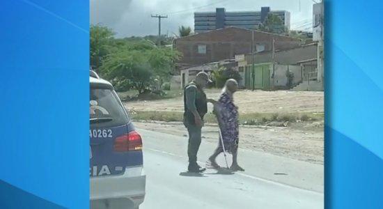 Policial ajuda idosa a atravessar BR-232 em Caruaru e viraliza nas redes sociais