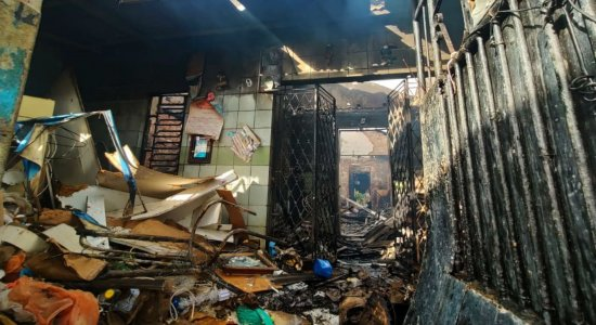Incêndio atinge casa de idosa em Peixinhos, Olinda