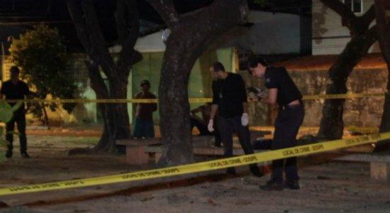 Casal de jovens é assassinado a tiros em praça na Tamarineira