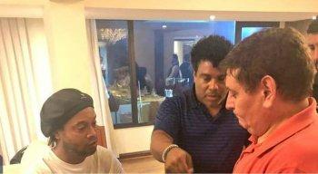 Ronaldinho Gaúcho viajou ao lado do irmão e também ex-jogador, Assis