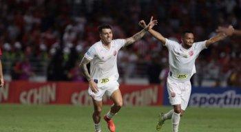 Jean Carlos (E) marcou o gol da vitória alvirrubra.