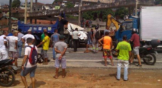 Colisão entre caminhões deixa motorista de terceirizada da Emlurb ferido