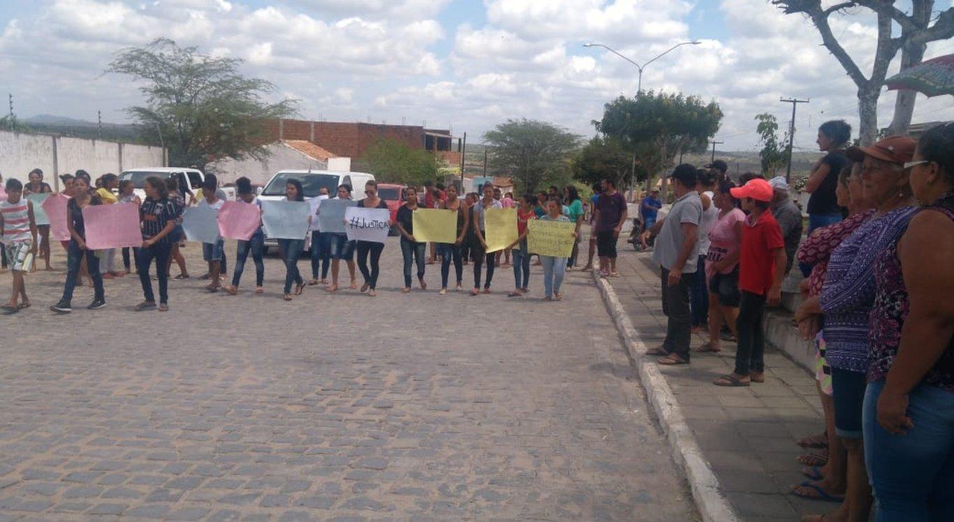 Pessoas pediam por justiça durante o sepultamento da jovem