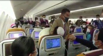 A tosse da mulher ocasionou uma confusão dentro do avião