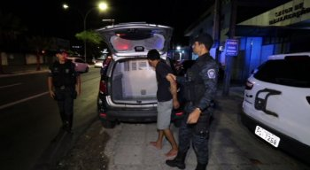 O homem foi preso, no primeiro momento, por guardas municipais