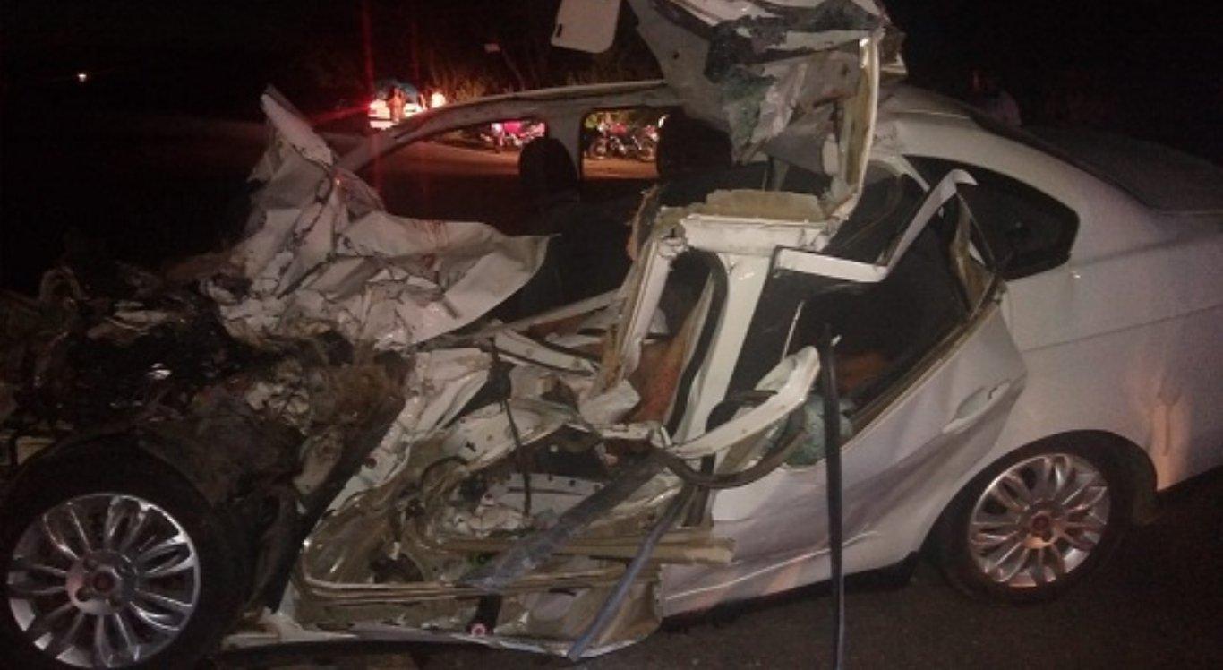 Carro envolvido na colisão ficou destruído