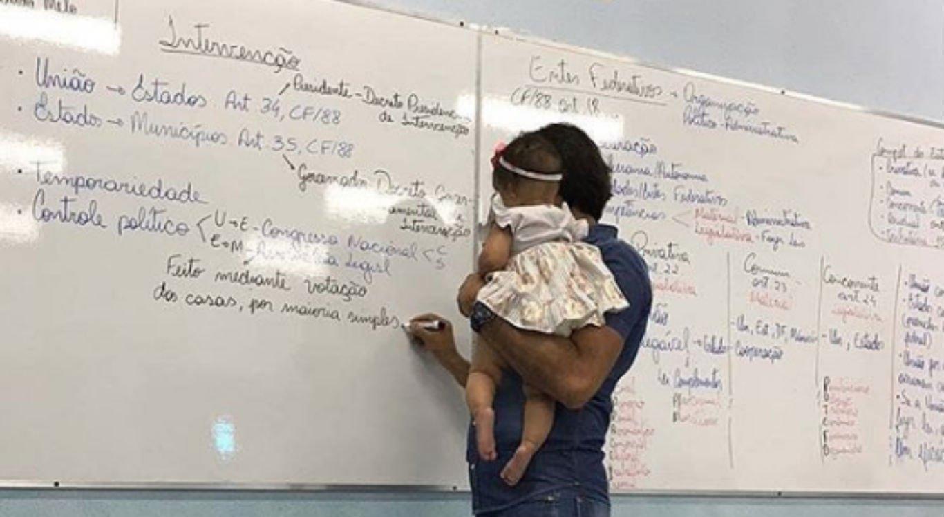 Professor universitário segurou a bebê de uma aluna durante a aula