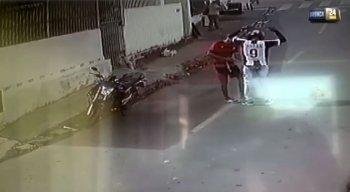Suspeito é flagrado roubando motocicleta de vítima no Barro