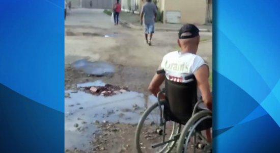 Vídeo: cadeirante enfrenta dificuldades com rua esburacada em Paulista