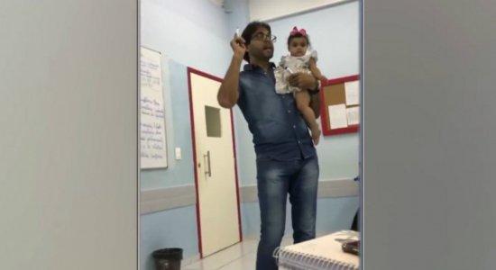 Professor viraliza ao segurar filha de aluna no colo durante aula