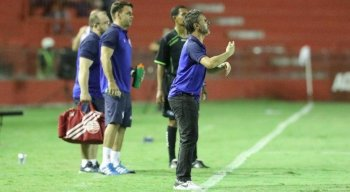Com Gilmar Dal Pozzo suspenso, o auxiliar Luciano Borges comandou o time na beira do campo.