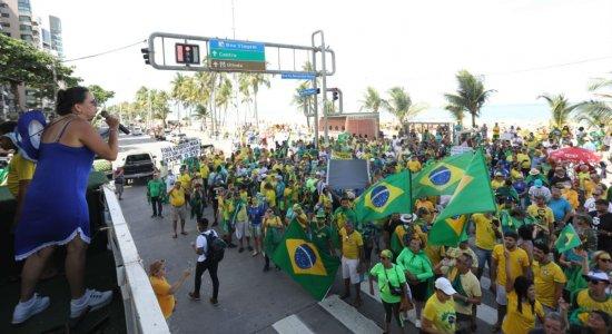 Veja imagens do ato pró-Bolsonaro na Orla de Boa viagem neste domingo (15)