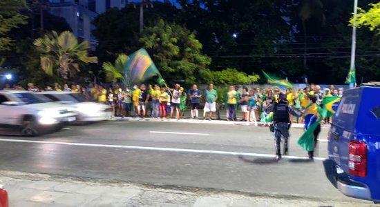 Manifestantes são detidos em ato pró-Bolsonaro na Orla de Boa Viagem