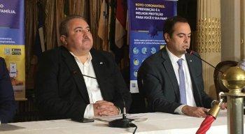O secretário estadual de saúde, André Longo (E), e o governador de Pernambuco, Paulo Câmara (D), estiveram na coletiva de imprensa