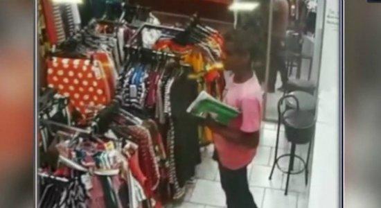 Vídeo: homem passa álcool em gel nas mãos antes de furtar loja