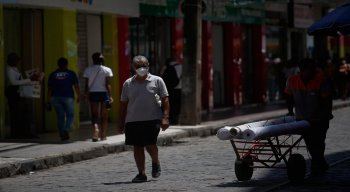 Alguns clientes estavam utilizando máscaras no Centro do Recife