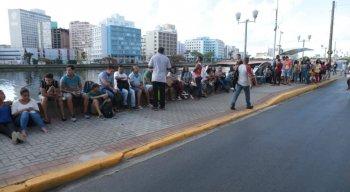 Desempregados aguardando atendimento na calçada