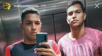 Mailson (E) ao lado do irmão Denival, que também é goleiro do Sport.