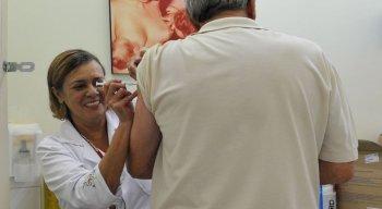 Idosos e trabalhadores da saúde devem ter prioridade para tomar a vacina contra a gripe