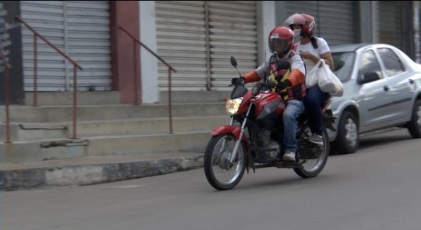 Paulo Câmara proíbe transporte por mototáxi