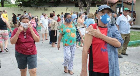 Vacinação contra gripe: 2º dia tem aglomeração entre idosos no Recife