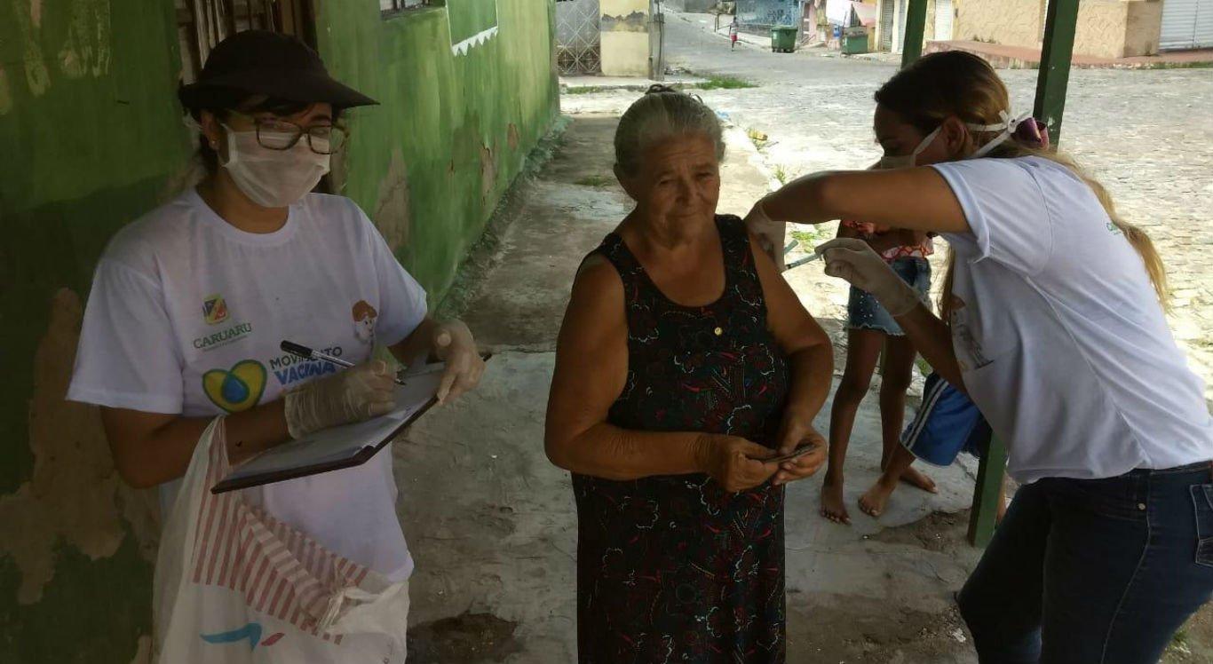 Vacinação de idosos está sendo realizada em todo o Brasil