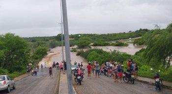 A ponte do anel viário, em Afogados da Ingazeira, foi levada pela água