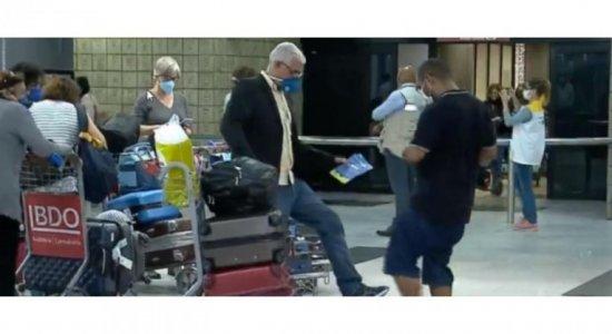 Mais de 250 brasileiros chegam ao Recife em voo direto de Portugal