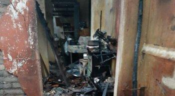 Raio cai em casa na zona rural de Lagoa dos Gatos e provoca incêndio