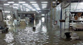 Água de chuva invadiu loja em Caruaru