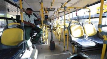 Registro de ônibus vazio na manhã desta quinta-feira (26)