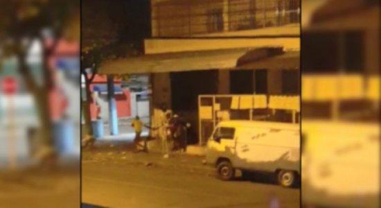 Vídeo: homens arrombam e saqueiam mercadinho no Arruda