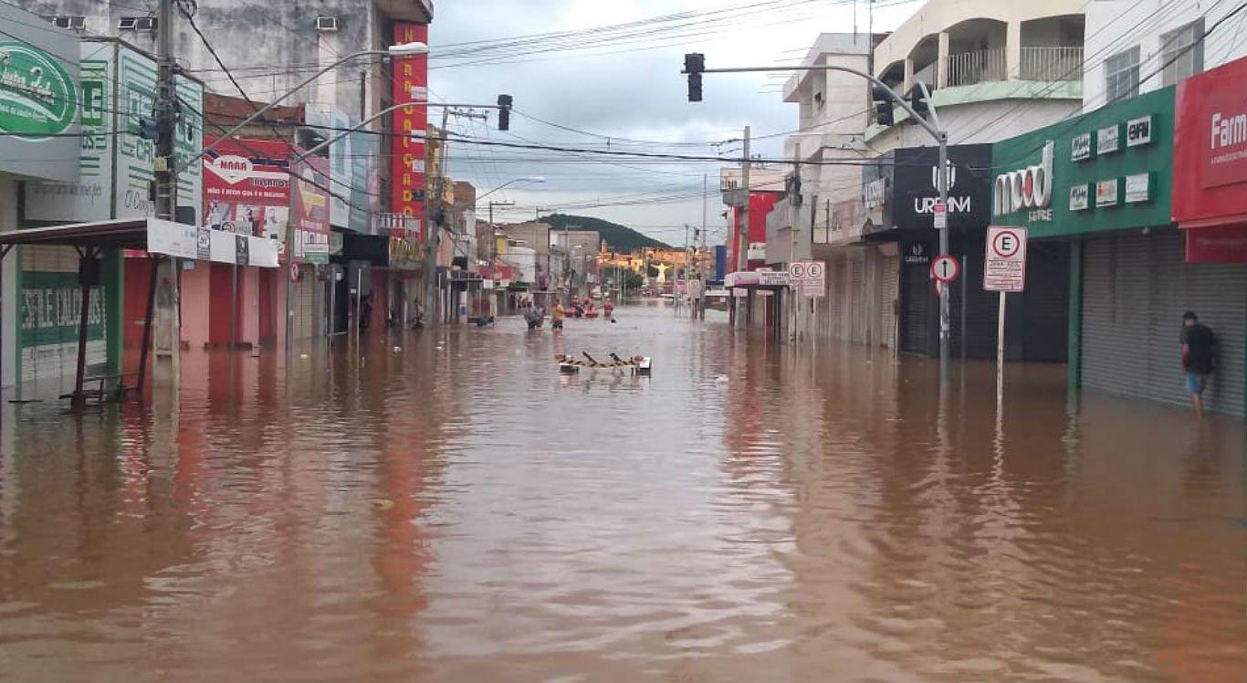 Chuvas deixaram o centro comercial de Serra Talhada inundado