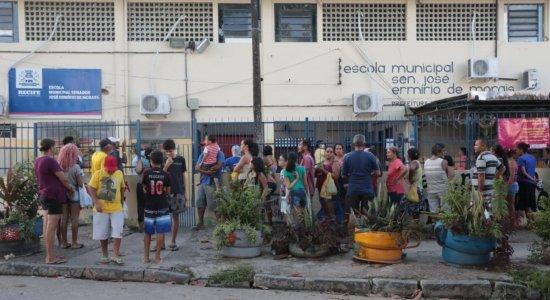 Vídeo: moradores fazem aglomerações ao receber cestas básicas e kits de limpeza no Recife
