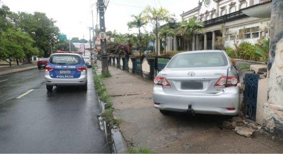 Motorista sobe calçada e colide contra muro do Clube Internacional