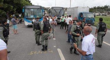 Funcionários protestam contra as demissões